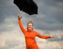 Dame med paraply. Illustrasjonsfoto: istockphoto.com
