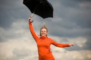 Dame med paraply. Illustrasjonsfoto: istockphoto.com.