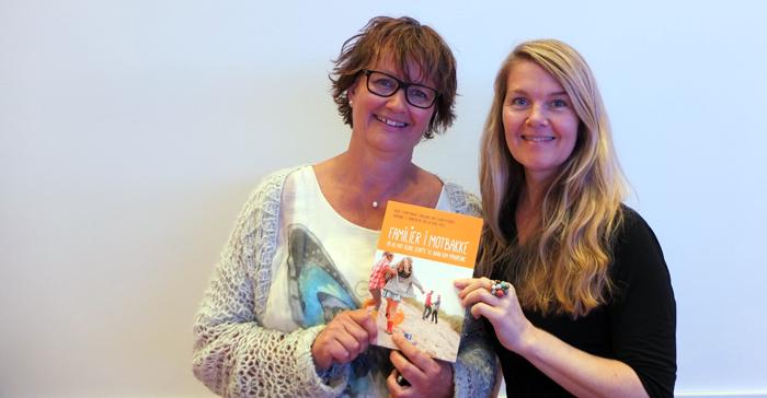 Siw Bratli og Ellen Østberg med bok med omtale av SMIL