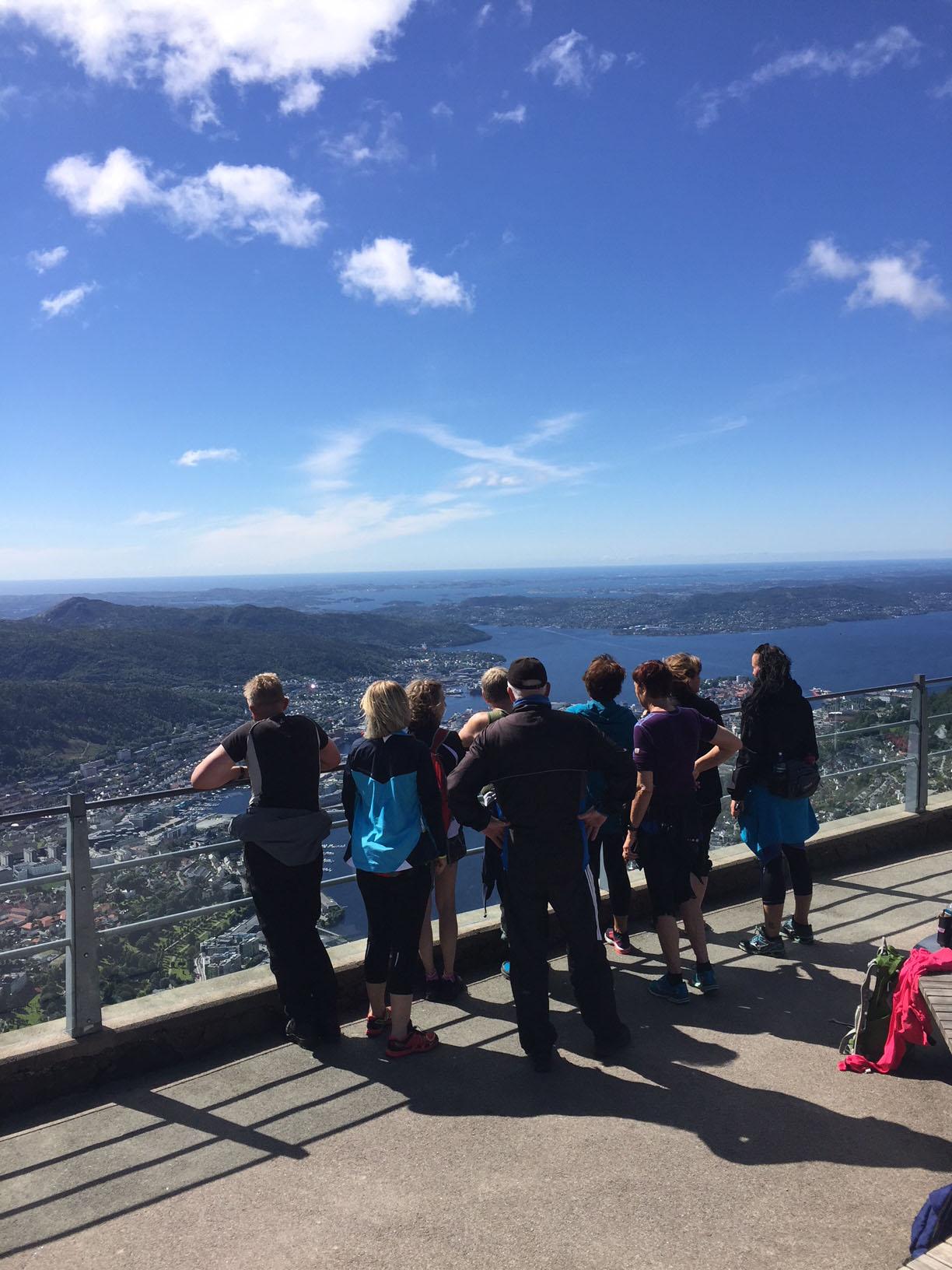 En gruppe mennesker som ser på utsikten fra Ulriken