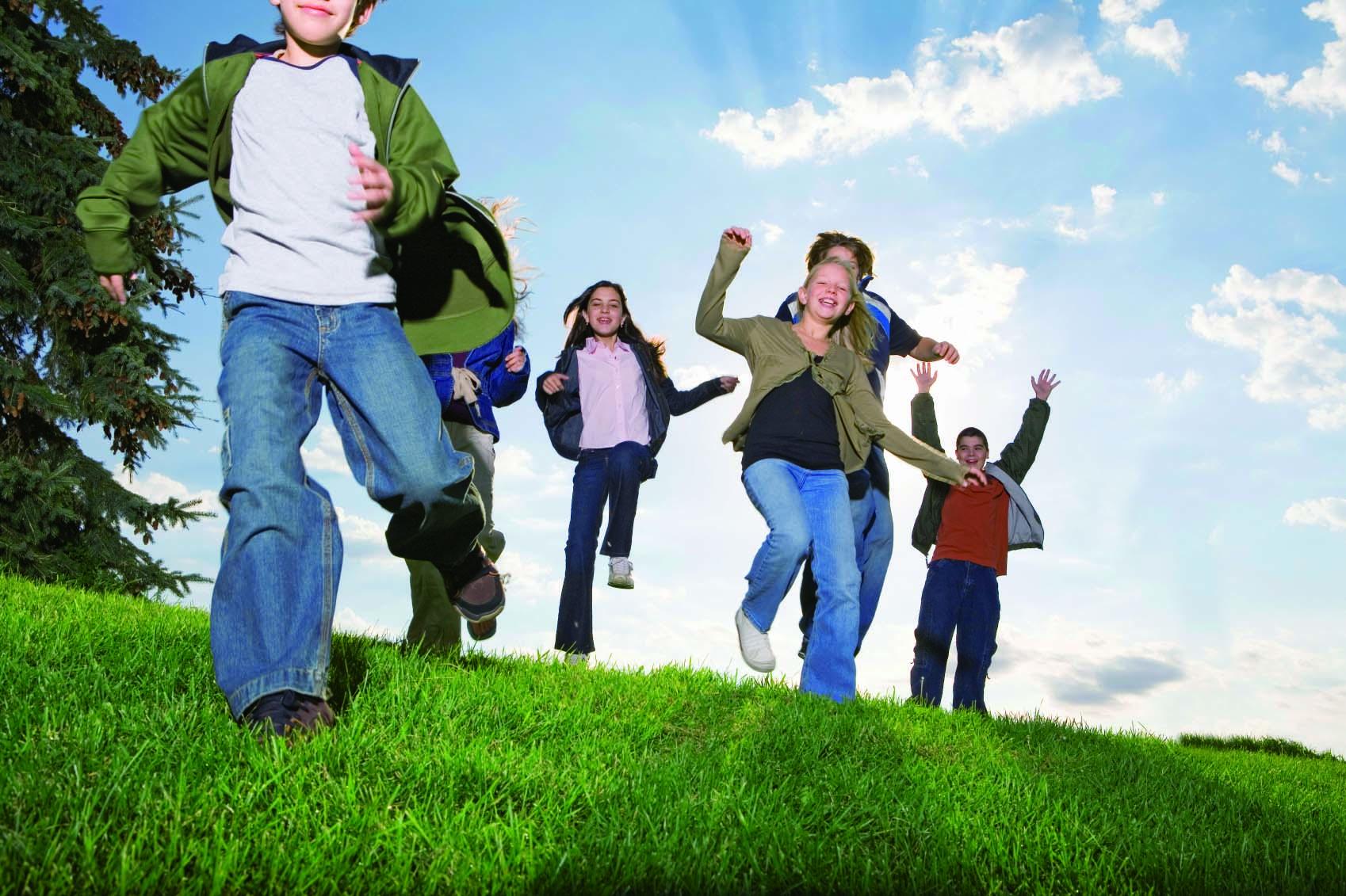 Gruppe av barn som hopper opp og ned