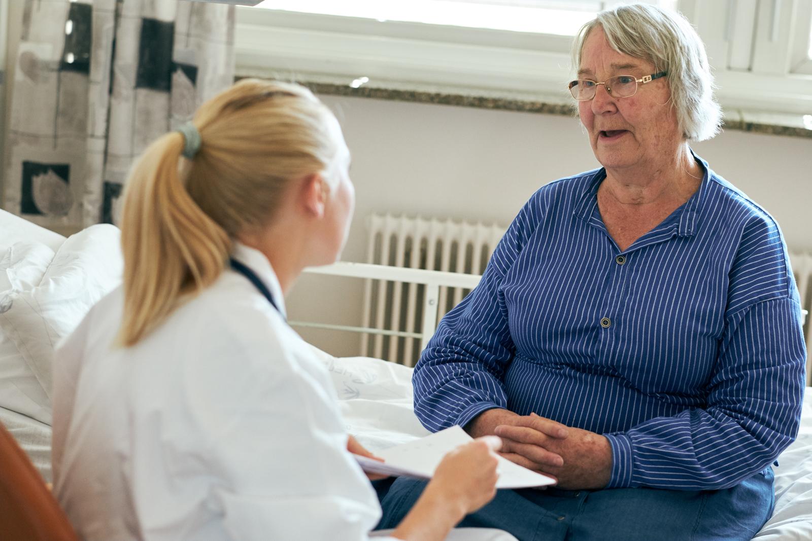 Sykepleier samtaler med pasient om behandlingsvalg