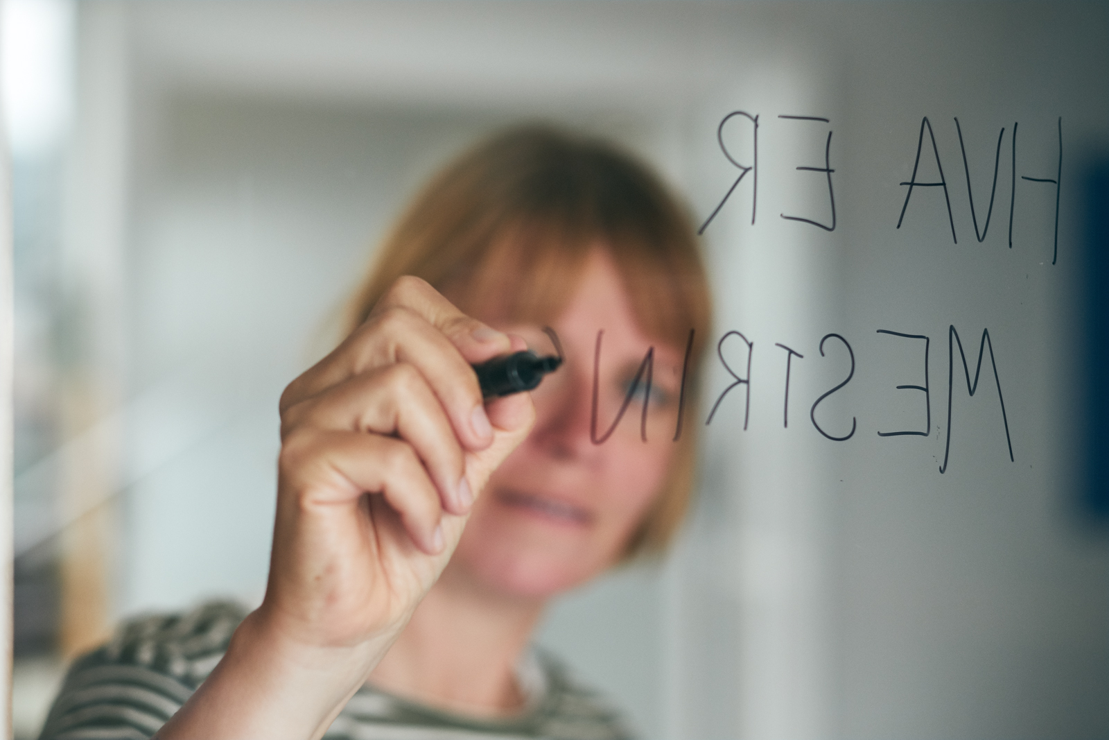 Hva er mestring?- skrives på en gjennomsiktig vegg