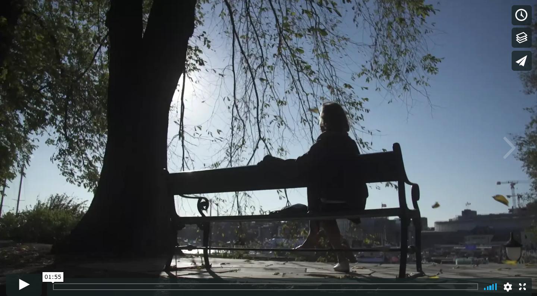 Bilde av en dame som sitter på en benk