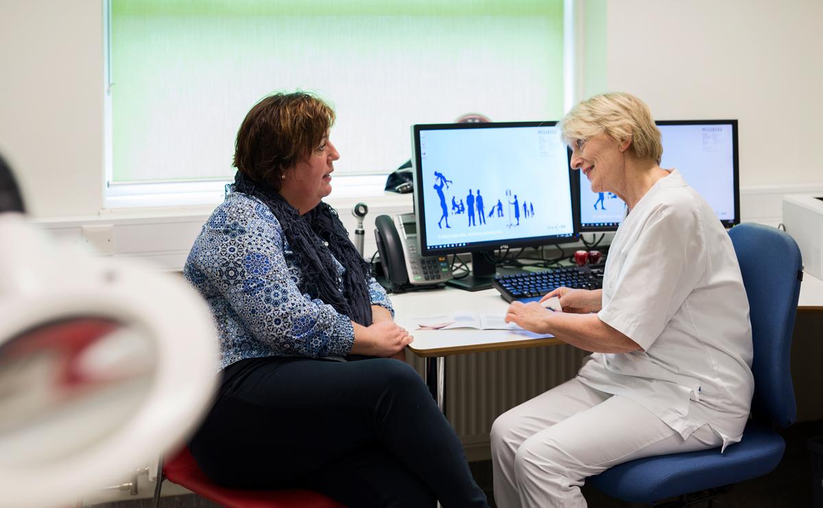 Samtale mellom pasient og sykepleier på Hudavdelingen