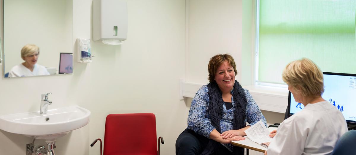 Brukerrepresentant i samtale med sykepleier