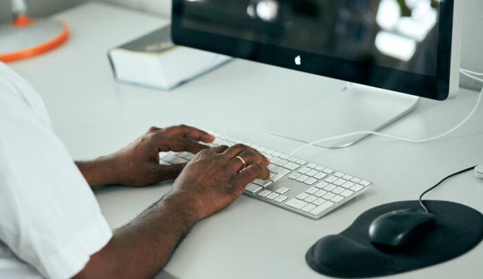 Illustrasjonsbilde - mann ved datamaskin
