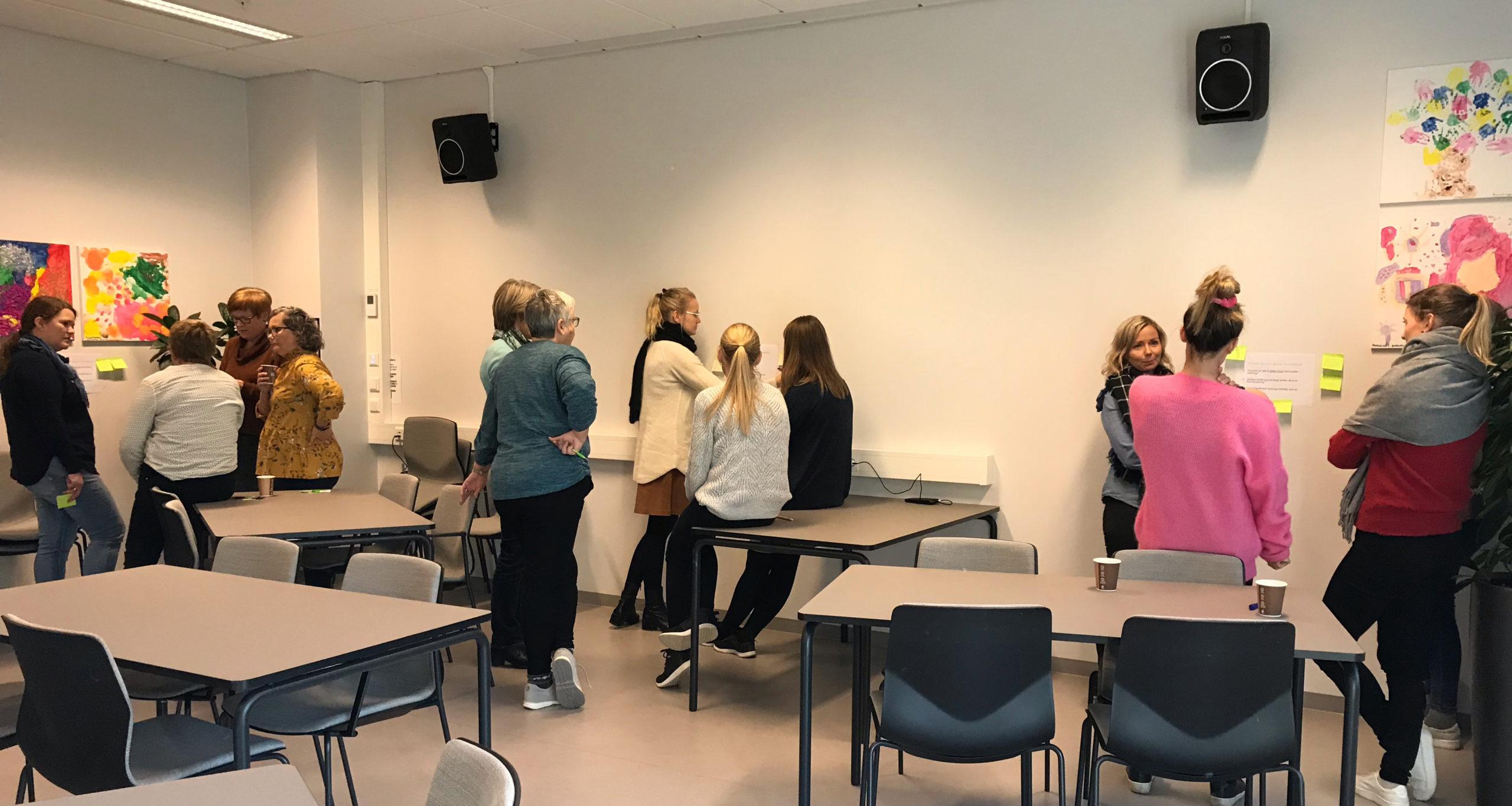 Kursdeltakere som diskuterer i grupper.